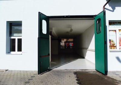 Zugang durch Doppelflügeltor